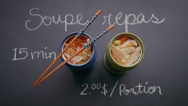 Soupe-repas à l'asiatique dans un thermos