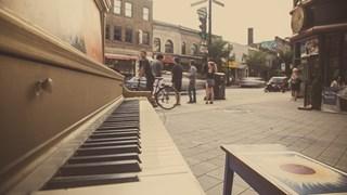 Les passants du piano public