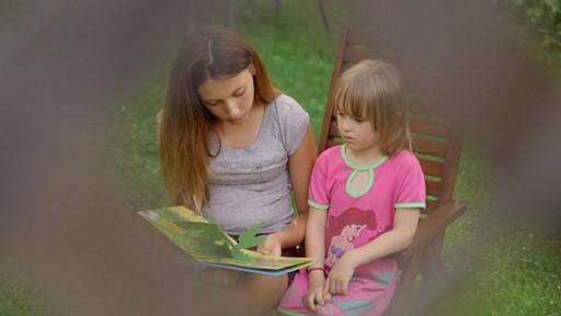 Deux enfants regardant un livre.