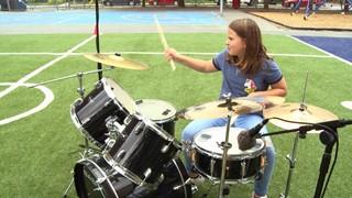 Emma, 11 ans, joue de la batterie. Performance de la rentrée!