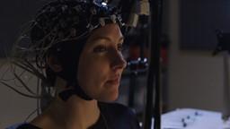 Marianne au labo : Marianne apprend à contrôler un ordinateur par la pensée.