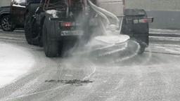 Comment le sel qu'on met sur les routes fait-il fondre la glace?