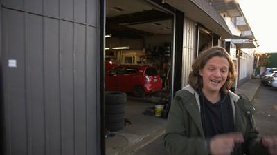 L'art de négocier les frais de télécommunication/Un garagiste qui filme toutes les réparations
